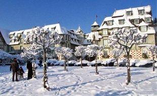 Hors saison, le centre de la station balnéaire se love dans son beau manteau blanc.
