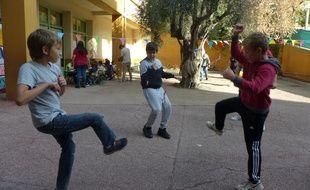 Les jeux traditionnels font leur retour dans les cours d'école.