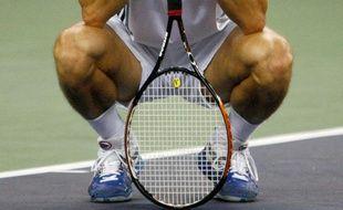 Les jambes d'un joueur de tennis, pensif, le menton sur sa raquette, lors du tournoi de Shanghai, le 18 octobre 2009.