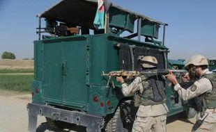 Des soldats afghans prennent posistion devant la prison après l'attaque d'un commando taliban le 14 septembre 2015 à Ghazni