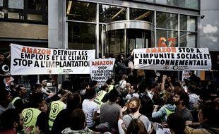 Des manifestants bloquent le site Amazon de Clichy, près de Paris, le 2 juillet 2019.
