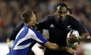 Rugby. Le joueur néo-zélandais Joe Rokocoko repousse le français Benjamin Thierry lors d'un test match à Eden Park, Auckland, Nouvelle-Zélande, le 2 juin 2007.