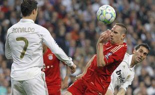 Franck Ribéry et Cristiano Ronaldo se disputent un ballon, en 2012