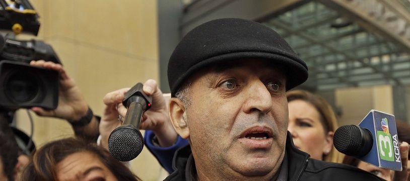 Al Salman, l'oncle de Noor Salman, devant le tribunal d'Oakland, en Californie, le 17 janvier 2016.