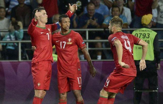 Cristiano Ronaldo, Nani et Miguel Veloso fêtent le deuxième but portugais contre les Pays-Bas, à Kharkiv, le 17 juin 2012.