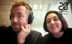 Les journalistes Christophe Séfrin et Anne-Laetitia Béraud lors du test d'un casque Marshall, le 4 mars 2020 à 20 Minutes à Paris