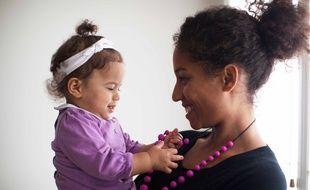 La start-up toulousaine Croquijoux commercialise des colliers en silicone que les bébés peuvent mâchouiller.