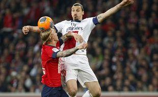 Lille, le 10 mai 2014. Match comptant pour la 37e journee du championnat de L1 de football qui opposait le Lille OSC (LOSC) au Paris SG (PSG) au stade Pierre-Mauroy. Ici le lillois Simon Kjaer a la lutte avec le parisien Zlatan Ibrahimovic.