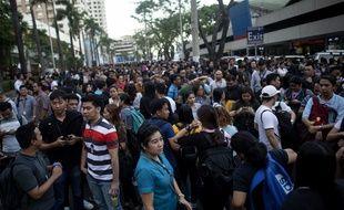 Des travailleurs sortis dans les rues de Manille, après le tremblement de terre qui a secoué les Philippines, le 22 avril 2019.