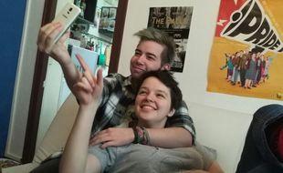 Léo et Clem, une jeune couple, a vécu la transition de Léo sans heurt.
