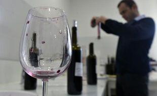 Un oenologue goûte un vin issu de cépages de Minervois le Château La Mignarde, à Montredon-des-Corbières, dans le Sud de la France, le 25 février 2016