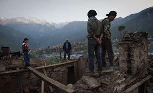 Des villageois découvrent leurs maisons en ruine à Barpak, dans le nord du Népal lundi 4 mai, neuf jours après le séisme ravageur.