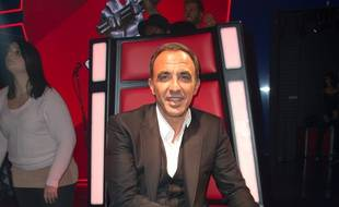 Nikos Aliagas sur le plateau de The Voice.