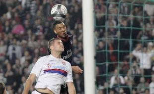 Le Parisiens Guillaume Hoarau devance le Lyonnais Mathieu Bodmer, le 20 septembre 2009 à Paris.