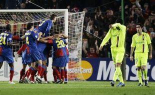 Les joueurs du Barça (au fond) fêtant leur but devant les Lyonnais (en jaunes), battus 5-2 au camp Nou le 11 mars 2009.