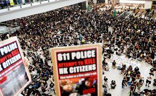 Plus de 5.000 manifestants pro-démocratie occupent le principal terminal de l'aéroport de Hong Kong, le 12 août 2019.
