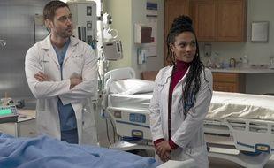 Ryan Eggold incarne le Dr. Max Goodwin et Freema Agyeman le Dr. Helen Sharpe dans la série « New Amsterdam ».