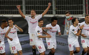 Les joueurs sévillans célèbrent le troisième but face à l'Inter Milan.
