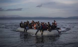 Une embarcation de migrants approche des côtes grecques après avoir traversé la mer Egée, le 24 novembre 2015.