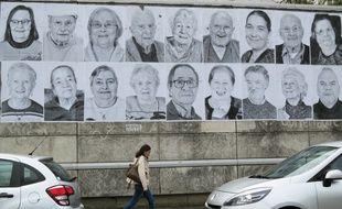 Des portraits en noir et blanc sont affichés sur les murs de Nantes. Ici sur le CHU.
