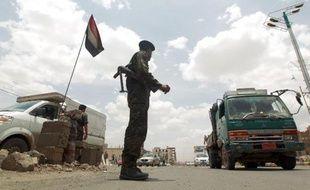 Un soldat yéménite à un barrage routier dans la capitale Sanaa, le 12 mai 2014