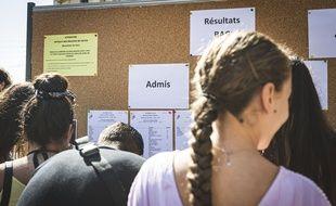 Des élèves consutlent l'affichage des résultats du baccalauréat, le 5 juillet 2019.