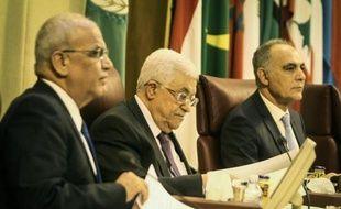 Le chef des négociateurs palestiniens, Saëb Erakat (g) et le président palestinien Mahmoud Abbas (c) au Caire le 9 avril 201