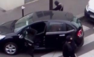 Capture d'écran d'une vidéo de Sky News montrant les frères Kouachi après la tuerie de «Charlie Hebdo», le 7 janvier 2015.