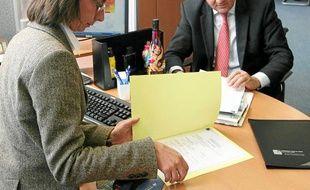 Un conseiller bancaire avec un client
