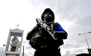 Un soldat peut après l'une des attaques terroristes du dimanche de Pâques au Sri Lanka.