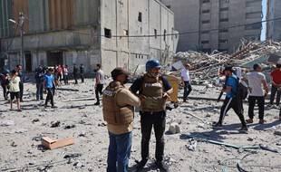 Des journalistes d'Associated Press après la destruction de leurs locaux à Gaza, le 15 mai 2021.