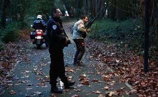 Des policiers à la recherche d'un tigre en liberté à Montévrain, en Seine-et-Marne, le 13 novembre 2014.