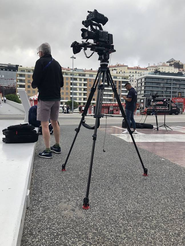 Des journalistes en train de faire du journalisme hors du stade
