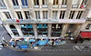 """""""Olélé, Olala, solidarité, avec les mal-logés"""", la chanson résonne encore aux oreilles des riverains du 24 rue de la Banque, au coeur de Paris: entre janvier 2007 et octobre 2011, elle fut clamée par les familles de mal-logés qui squattaient ce bâtiment désormais transformé en logements sociaux."""