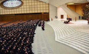 """Le pape Benoît XVI a appelé jeudi à un """"vrai renouveau"""" de l'Eglise, dans un émouvant message d'adieu lu à un millier de prêtres de Rome, auquel il a annoncé son intention de """"se retirer du monde"""" après sa démission historique le 28 février."""
