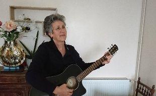 Claire Huguet avec sa guitare à la main.