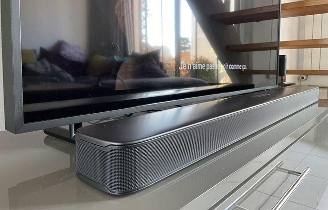 La Bar 5.1 Surround de JBL installée devant un téléviseur à l'écran de 49 pouces de diagonale.