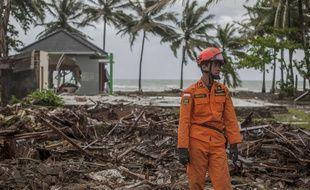 Un secouriste sur le site de Carita, en Indonésie, frappé le 23 décembre 2018 par un tsunami.