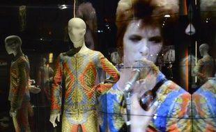 Costume du personnage de Ziggy Stardust créé par David Bowie exposé à Paris à partir du 3 mars 2015