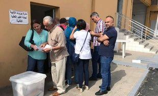 Les responsables des bureaux de vote reçoivent les urnes à la veille du scrutin à Beyrouth, le 5 mai 2018.
