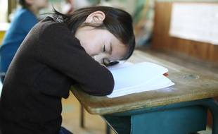 Il faut discuter avec l'instituteur quand un enfant se met à dormir en classe.