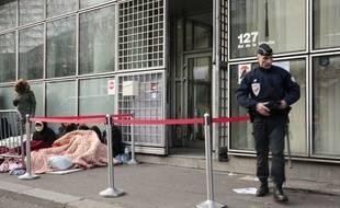 Un policier garde l'entrée de l'ONG France terre d'asile (image d'illustration).