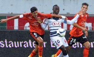 Henri Saivet, le joueur des Girondins, pris entre les Lorientais Bellugou et Barthelmé lors de Lorient-Bordeaux joué le 4 octobre 2015. AFP PHOTO / FRED TANNEAU