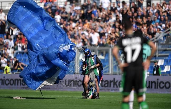 VIDEO. Italie: Un parachutiste débarque sur la pelouse lors de Sassuolo-Inter Milan