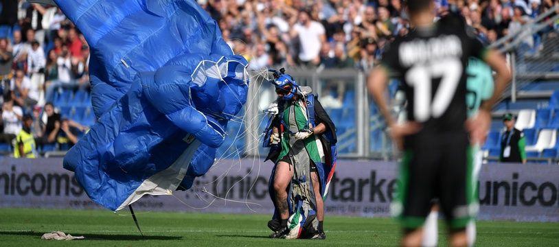 Un parachutiste a atterri sur la pelouse en plein match entre Sassuolo et l'Inter Milan, le 20 octobre 2019.