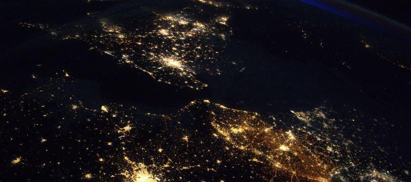 Londres, Paris et Bruxelles photographiées de nuit par Thomas Pesquet depuis la Station spatiale internationale (ISS).