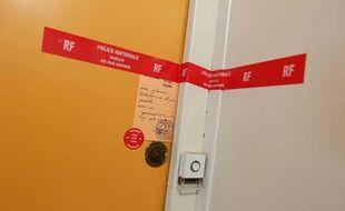 La porte de l'appartement de Saint-Nazaire, en Loire-Atlantique, où une famille a vécu recluse pendant un à trois ans, jusqu'au 5 janvier 2013.
