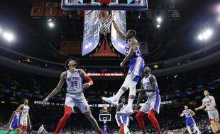 Le joueur de Philadelphie Al Horford part au dunk face à Christian Wood et Thon Maker, de Detroit, le 11 mars 2020.