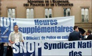 Environ 500 policiers se sont rassemblés jeudi après-midi devant le ministère des Finances à Paris, à l'appel du Syndicat national des officiers de police (Snop, majoritaire), pour demander le paiement de leurs heures supplémentaires.