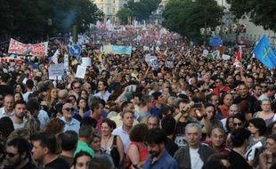 """Dans une forêt de drapeaux multicolores, une énorme marée humaine a envahi jeudi soir le centre de Madrid, pour crier """"non"""" au nouveau plan de rigueur du gouvernement espagnol, à la hausse de la TVA, aux coupes budgétaires qui frappent les fonctionnaires et les chômeurs."""
